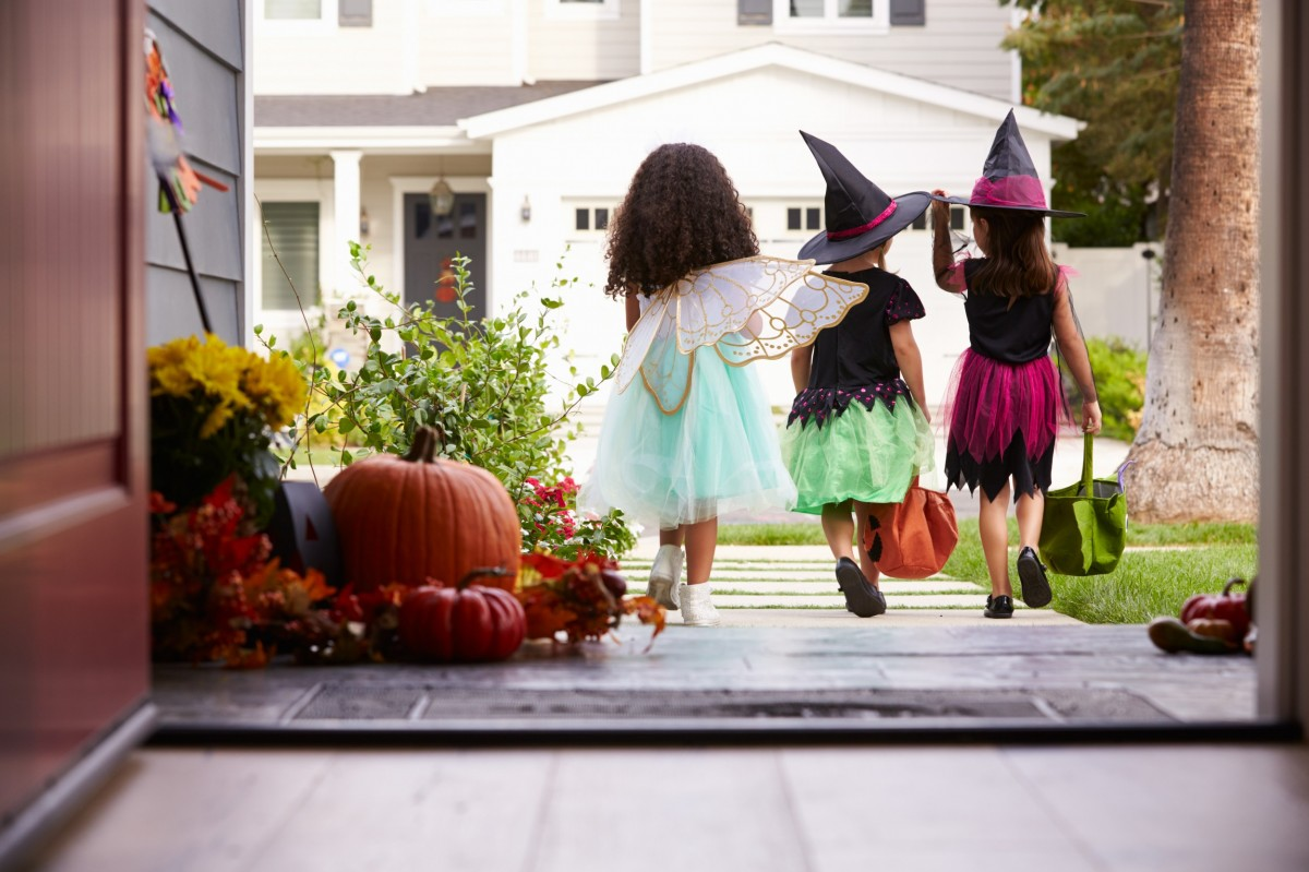 trick or treaters on a door step